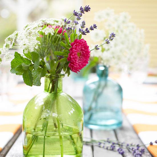 Ukoliko želiti rustični izgled vašeg stola u obojenu staklenu flašu stavite sveže ubrano poljsko cveće. Source: http://www.bhg.com/