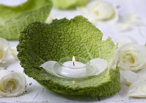 Jednostavno na list zelene salate ili kelja stavite svećicu u stalenom svećnjaku, savršeno za eko zabave. Izvor: http://www.shelterness.com/