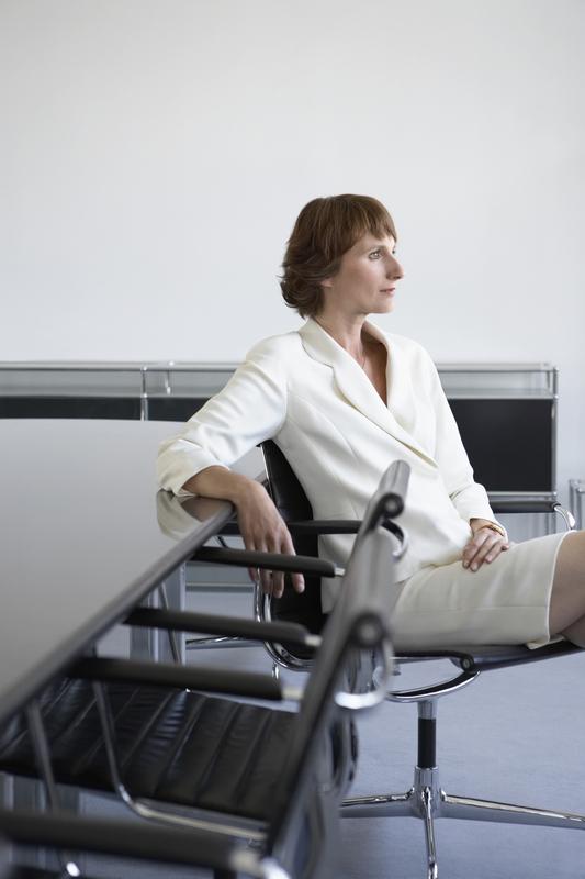 žena sjedi na stolici