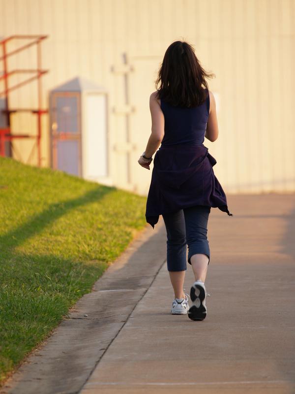žena vježba hodanje