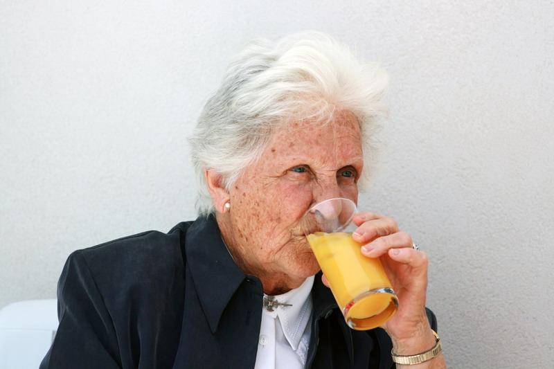 baka pije sok
