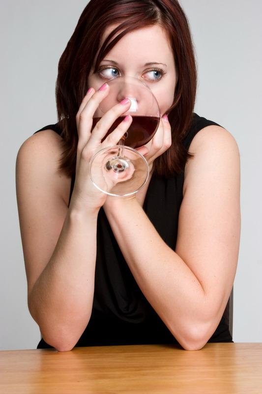devojka pije vino