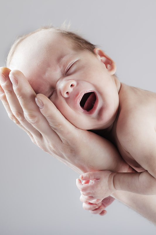 uplana beba na ruci
