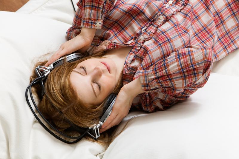 žena odmara sluša muziku