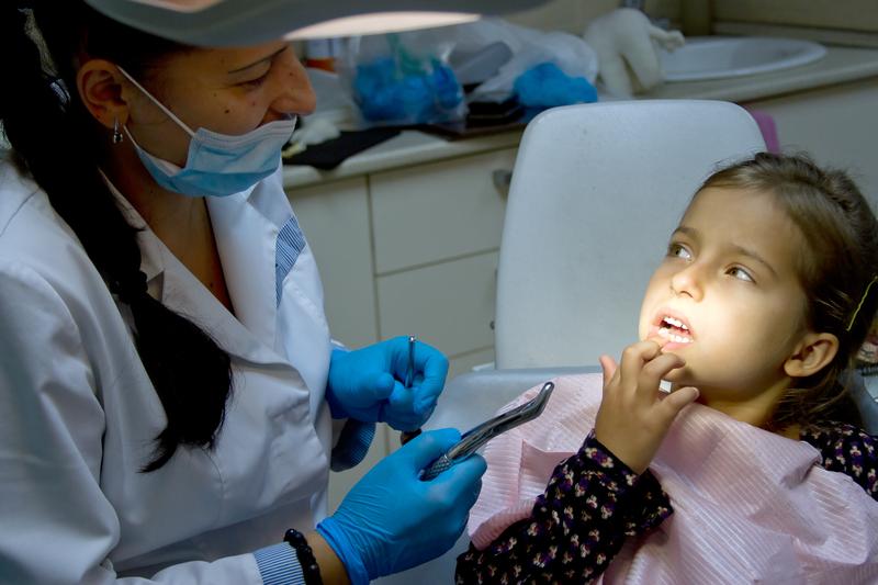 devojčica kod zubara