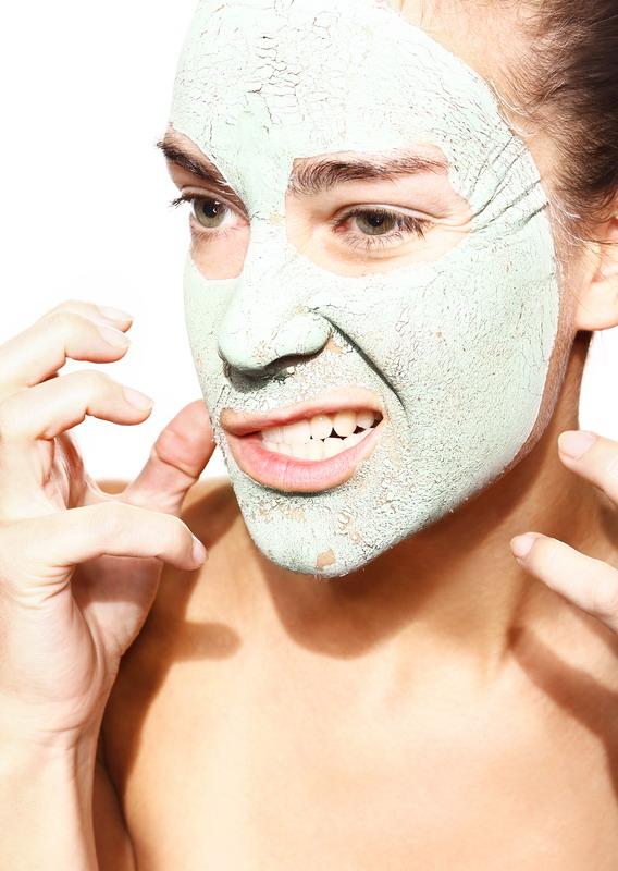 devojka zelena maska na licu