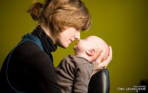 majka drzi bebu u narucju