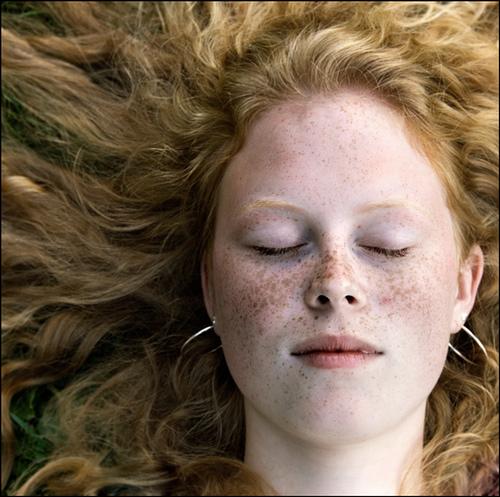 spavanje kovrdzava devojka