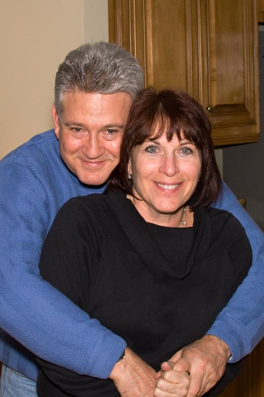 zagrljeni bračni par
