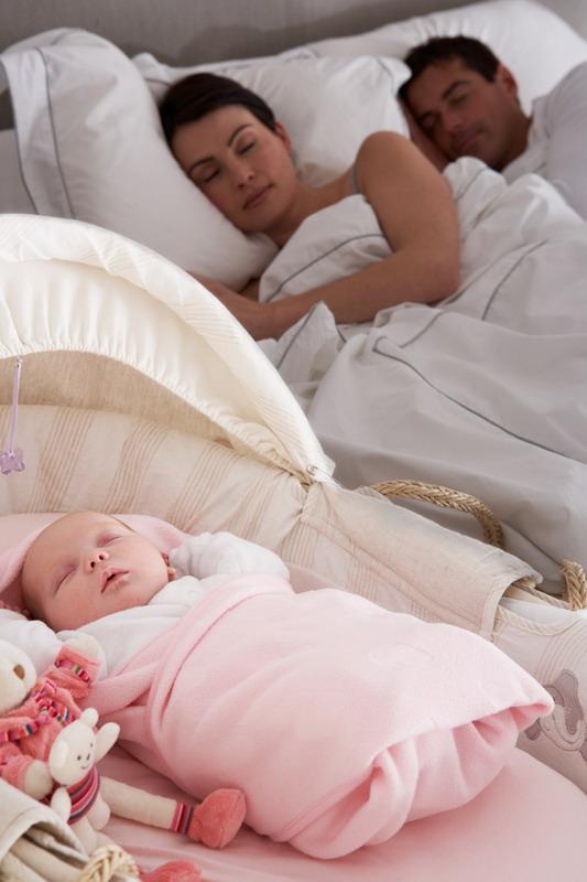 beba u kolevci roditelji spavaju