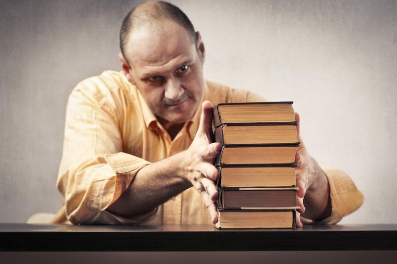 covek slaze knjige