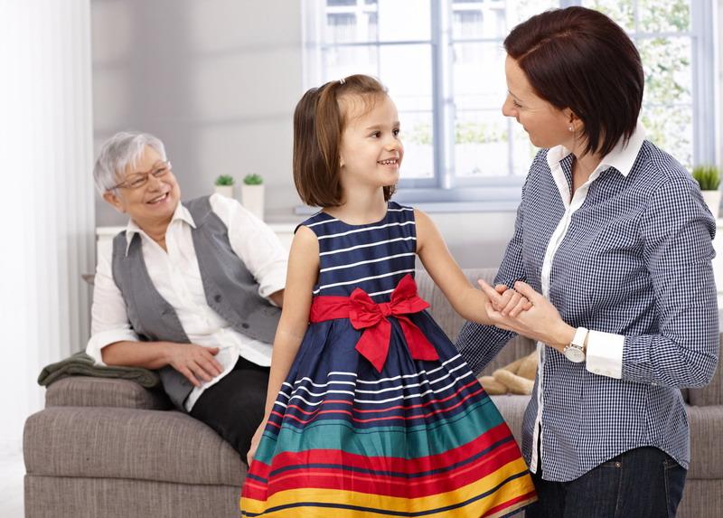 devojcica prica sa mamom i bakom