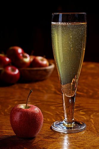 jabukovo sirce i jabuke na stolu
