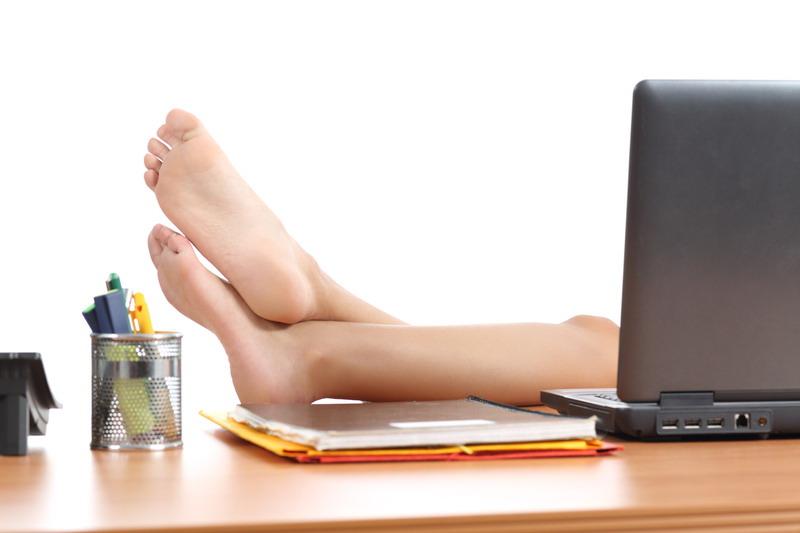 stopala kraj laptopa