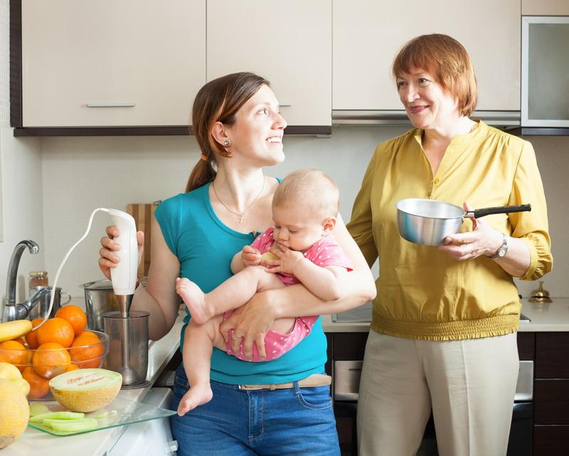 u kuhinji sa bebom