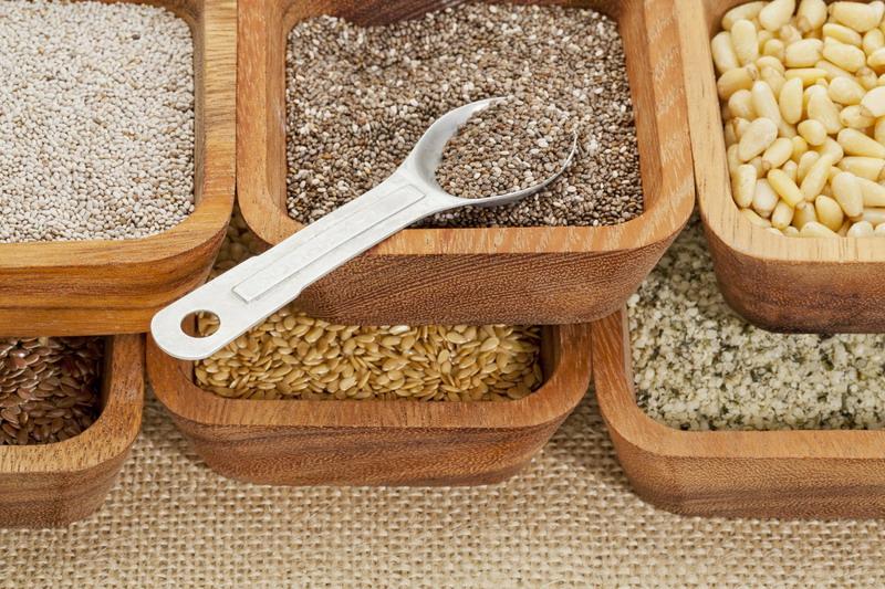 zdrave semenke u drvenim posudama