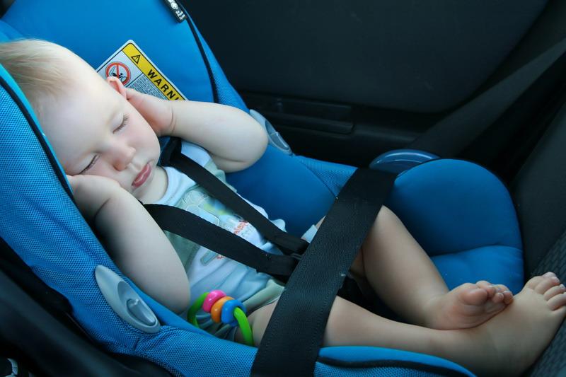 beba spava u sedalici za auto