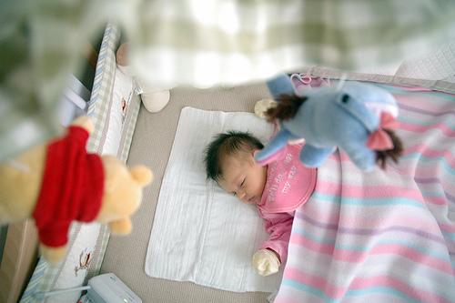 bebe u krevecu spava