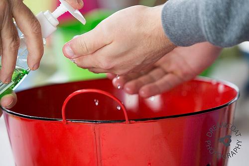 pranje ruku kanta crvena