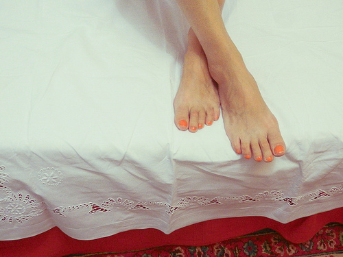 stopala na belom carsafu