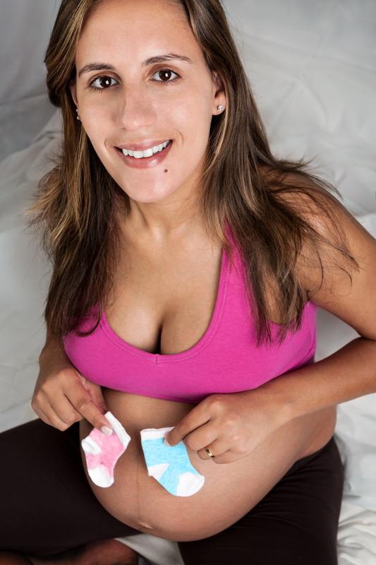 trudnica drzi carapice na trbuhu