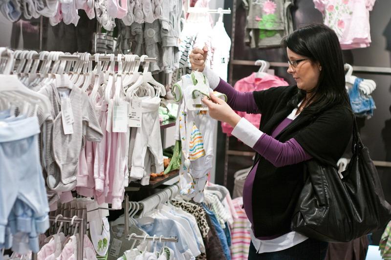 trudnica kupuje bebi odecu