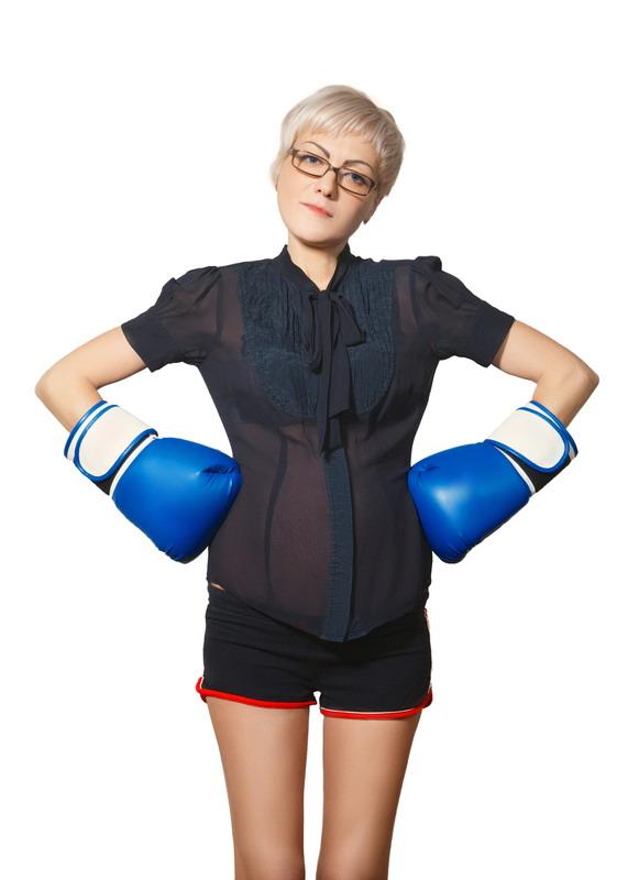 trudnica sa naocarama i bokserskim rukavicama