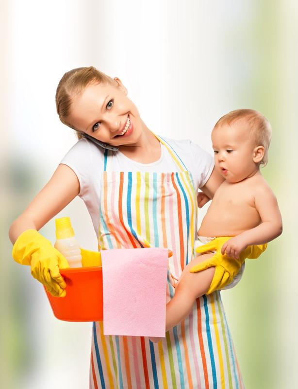 zena cisti drzi bebu
