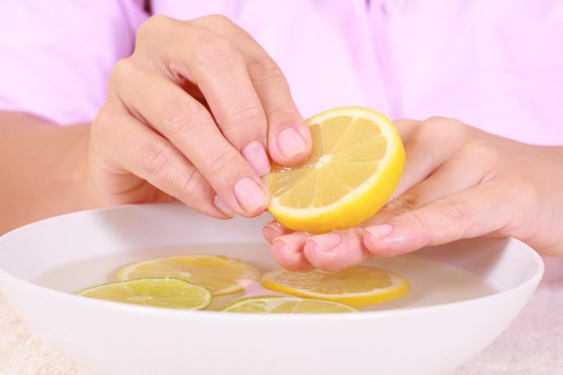 ruke u vodi s limunom