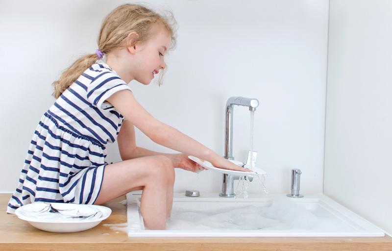 devojčica pere suđe
