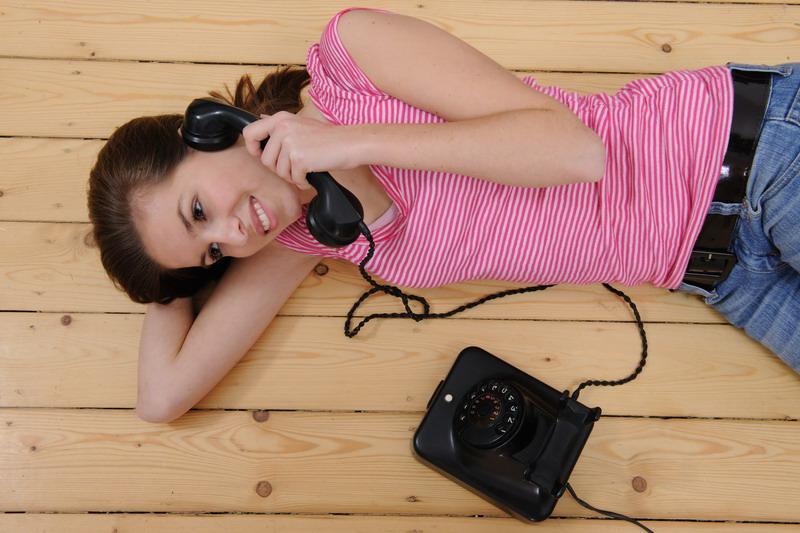 devojka telefon 2