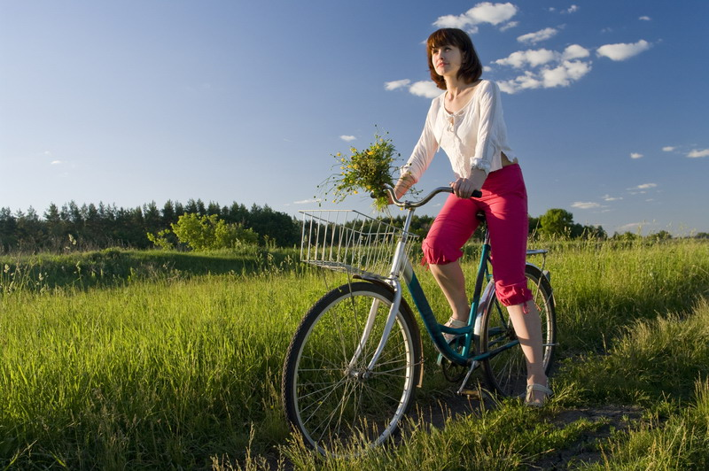 devojka na biciklu