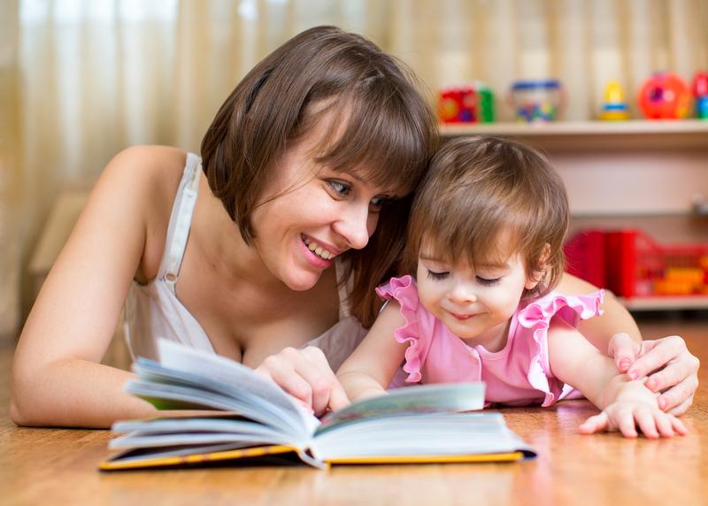 mama i ćerka čitaju slikovnicu
