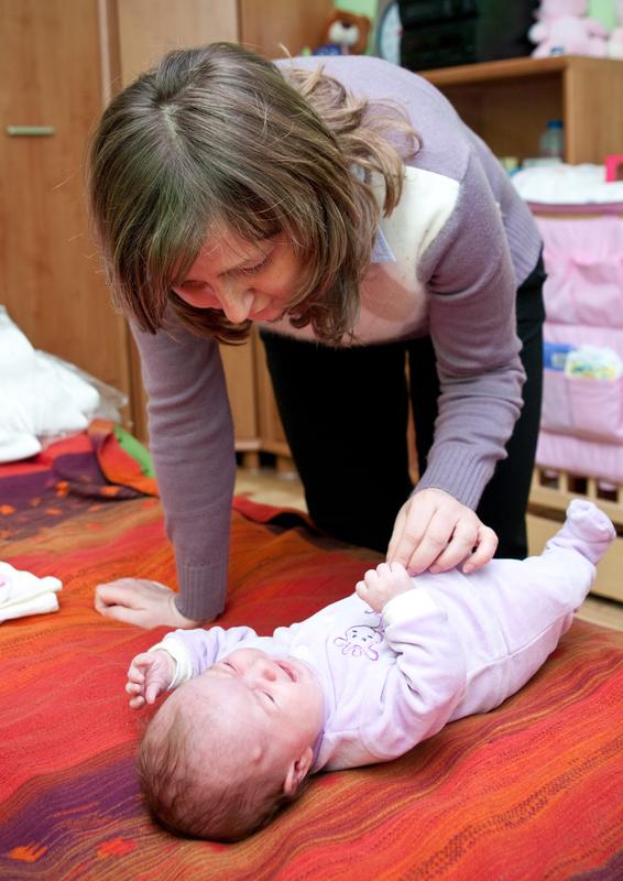 mama i bebe koja plače