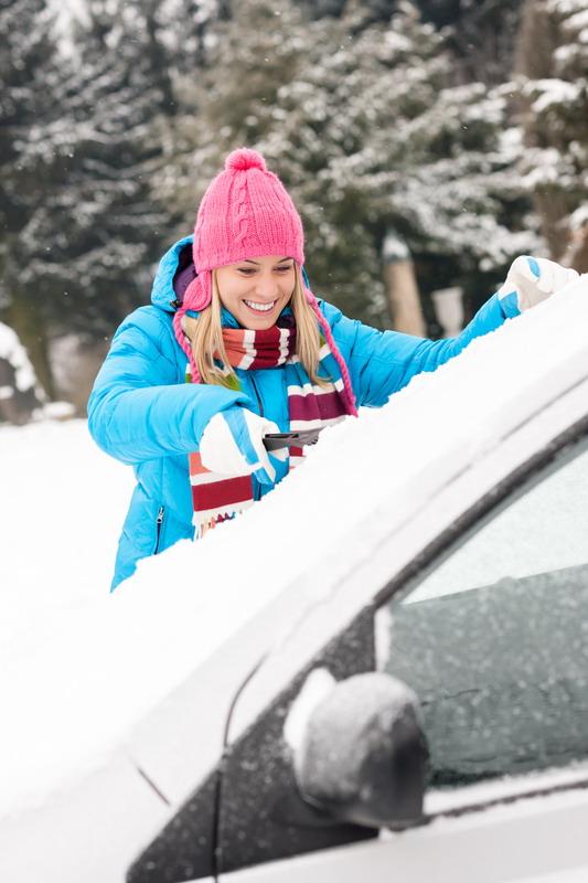 zena cisti auto od snega