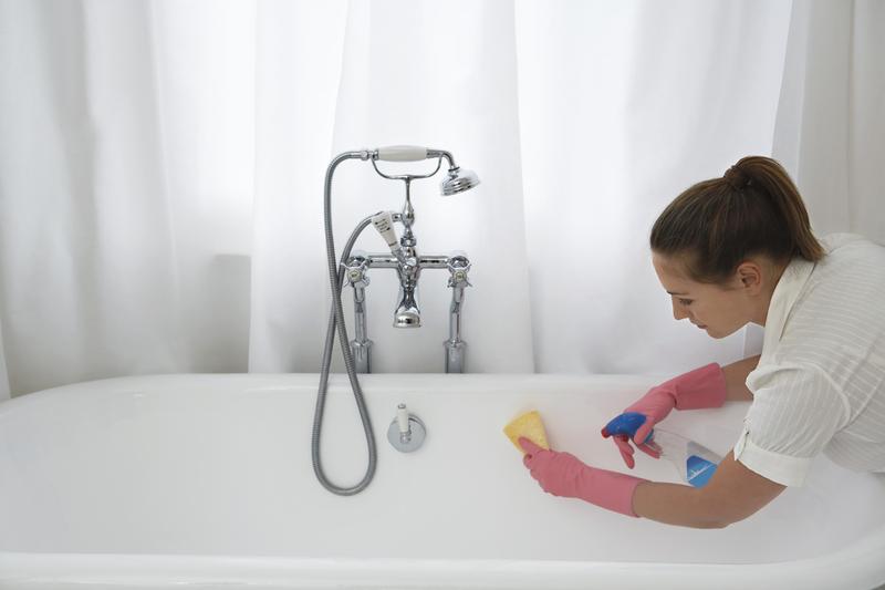 žena čisti kadu