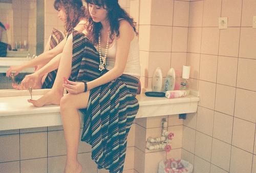 devojka u kupatilu lakira nokte