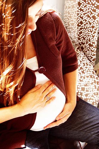 trudnica se drzi za stomak