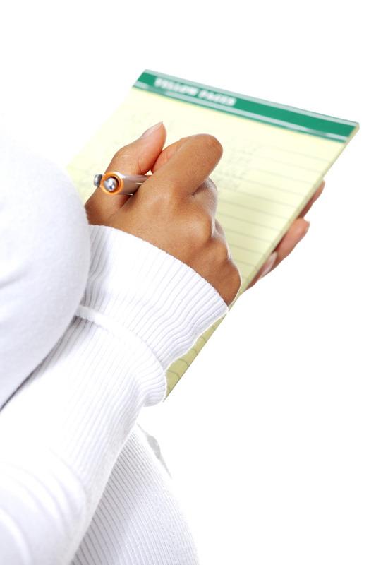 trudnica zapisuje u notes