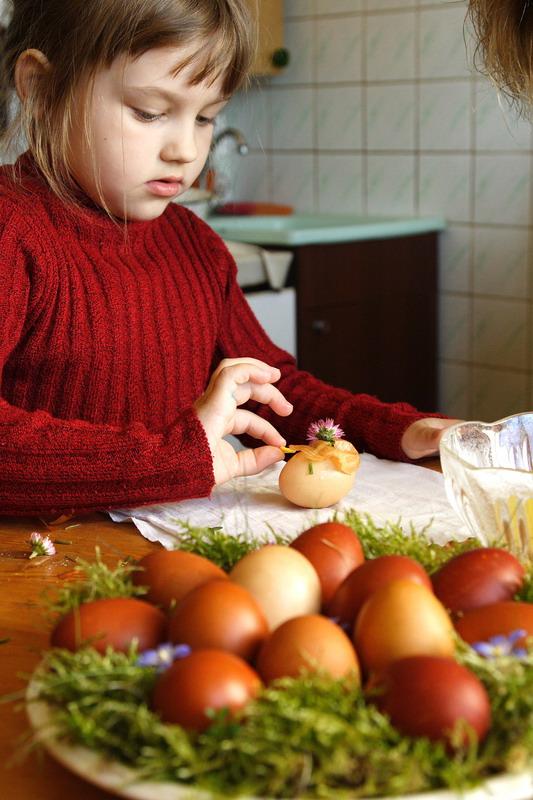 farbanje jaja ukrasavanje cvecem