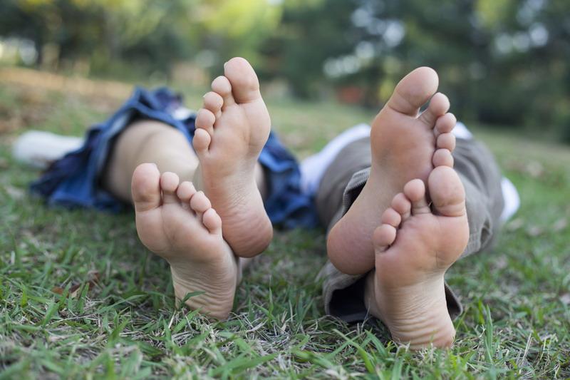 lezanje u prirodi na travi