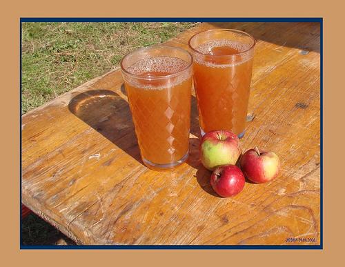 sok do jabuka i jabuke na stolu