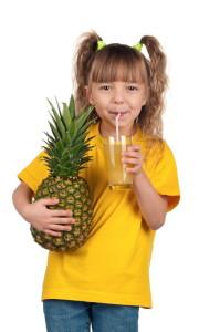 devojcica sa ananasom